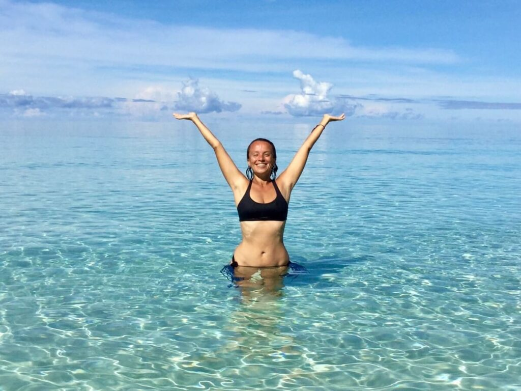 Tina from fit shortie in a turquoise sea in West-Papua. This is how to raise your vibration!